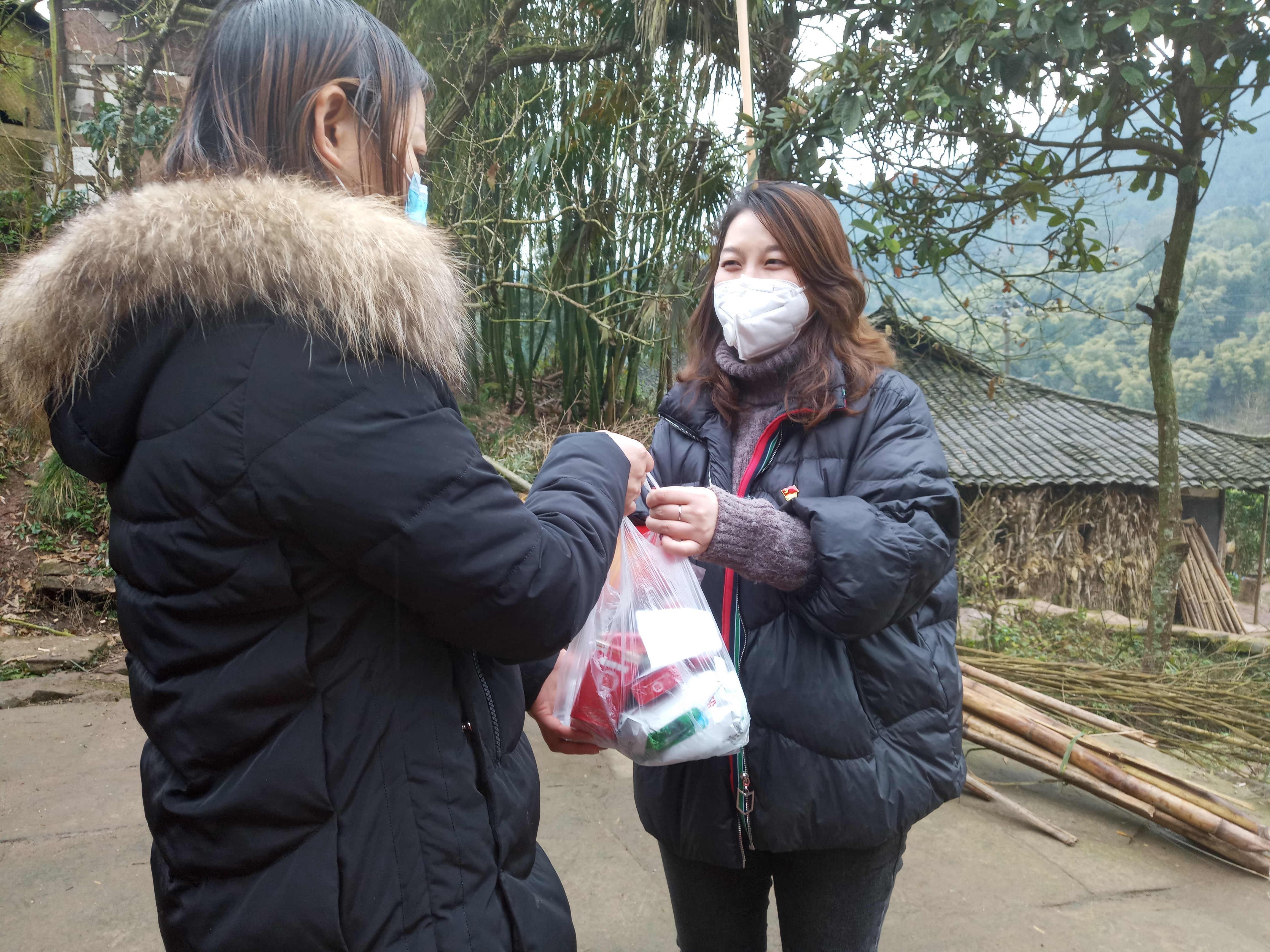 华凤庵村支部书记陆丽丽上门为群众送去生活必备物质
